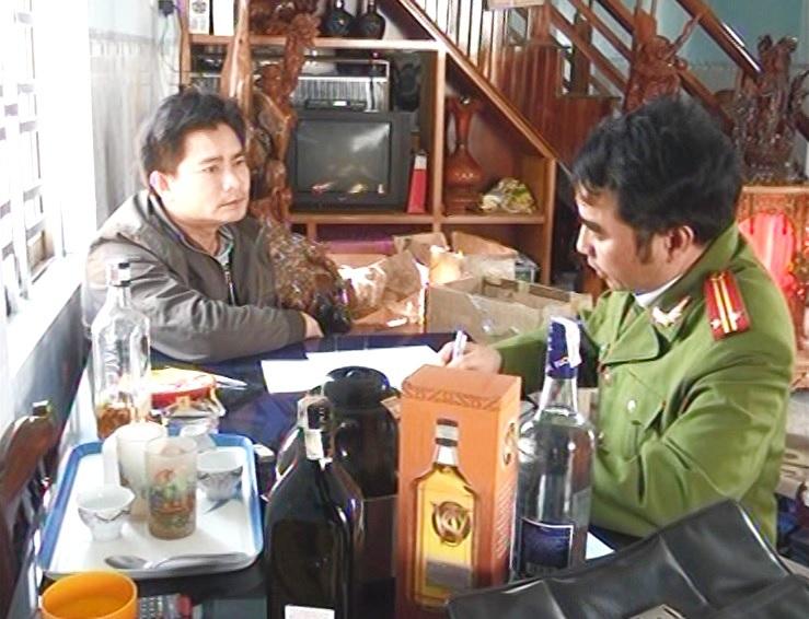 """Phát hiện lò sản xuất rượu ngoại giả trong nhà """"ông trùm"""" Gia Lai - Ảnh 1"""