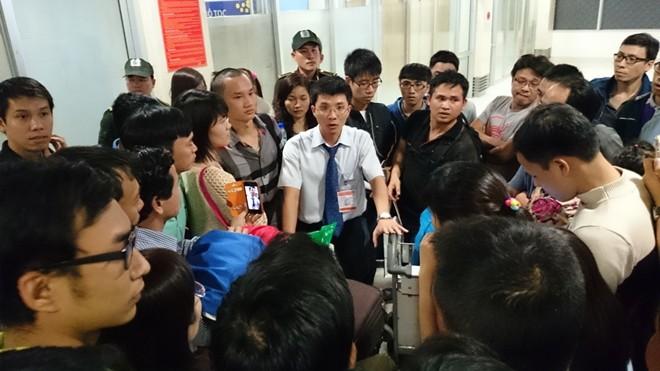 Hàng trăm hành khách gây náo loạn tại sân bay Tân Sơn Nhất - Ảnh 4