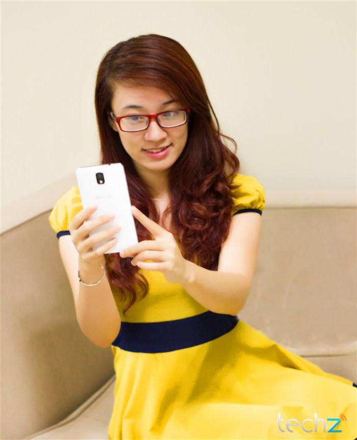 Galaxy Note 3 đọ vẻ đẹp cùng thiếu nữ - Ảnh 4
