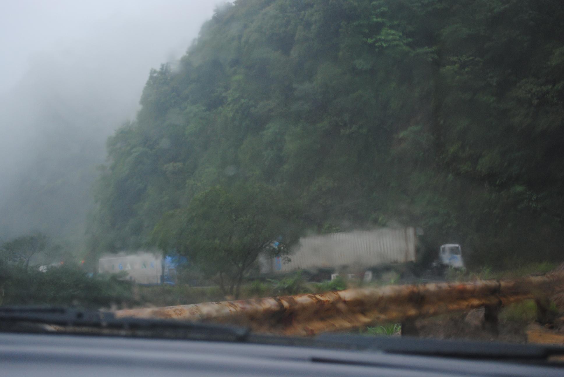 Video: Sạt lở QL8A do mưa lũ - Ảnh 1