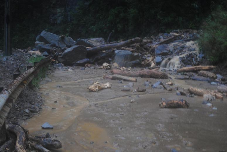 Video: Sạt lở QL8A do mưa lũ - Ảnh 2