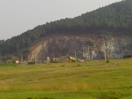 Mỏ đá ở Hà Tĩnh 'xẻ thịt' núi thiêng - Ảnh 3