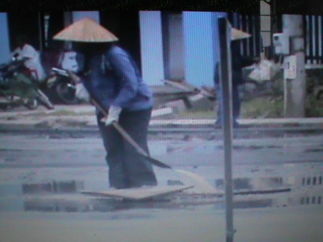 TP Huế: Mưa to vẫn rải thảm đường nhựa - Ảnh 1