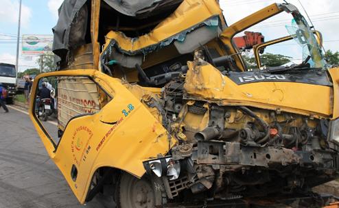 Tai nạn liên hoàn, 4 ô tô biến dạng, 1 phụ xe chết thảm trong cabin - Ảnh 2