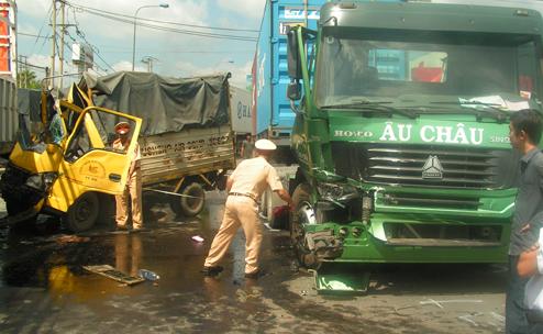 Tai nạn liên hoàn, 4 ô tô biến dạng, 1 phụ xe chết thảm trong cabin - Ảnh 1