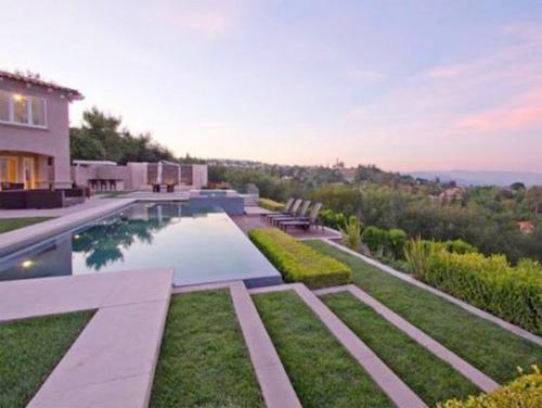Cận cảnh những bể bơi đẹp như mơ của sao Hollywood - Ảnh 2