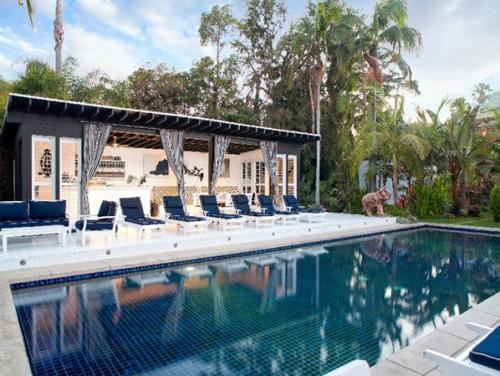 Cận cảnh những bể bơi đẹp như mơ của sao Hollywood - Ảnh 3