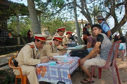 Quảng Bình: Tổng kiểm soát xe ô tô chở khách sau Tết - Ảnh 3