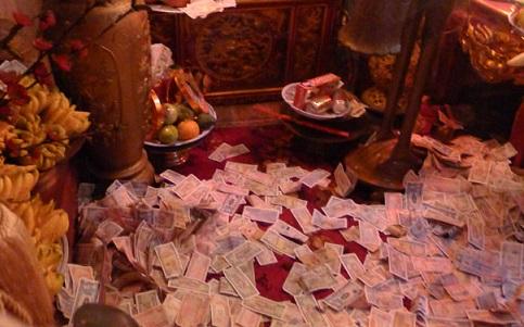 Đền chùa vẫn ngập tiền lẻ - Ảnh 1