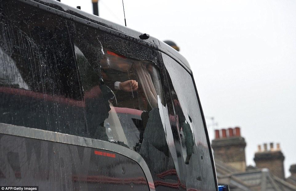 Xe chở cầu thủ MU bị tấn công kinh hoàng trước trận đấu - Ảnh 1