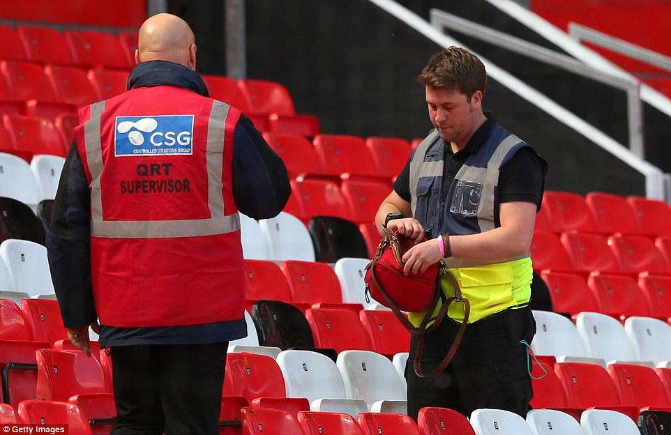 Sự thật về chiếc túi nghi chứa bom ở sân Old Trafford - Ảnh 1