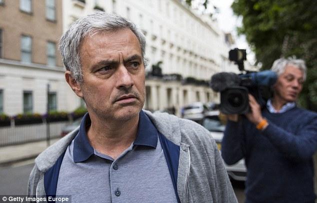 Mourinho đi dạo ở Manchester, Van Gaal nói lời chia tay MU - Ảnh 1