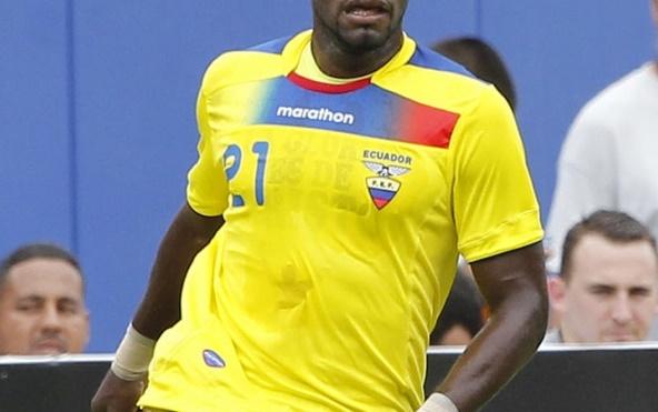 """Cầu thủ Ecuador phạm lỗi cực """"dị"""" giúp đội nhà thoát thua - Ảnh 1"""