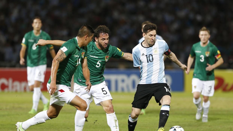 """Cay cú vì thảm bại, cầu thủ Bolivia định """"tẩn"""" Messi - Ảnh 1"""