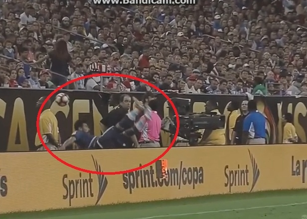 Ngã lộn cổ, tiền đạo Argentina mất chung kết Copa America - Ảnh 1