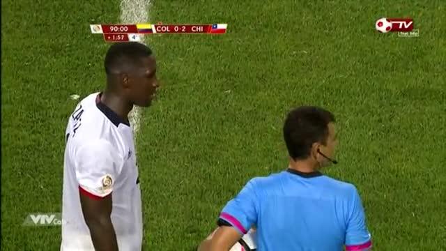 """Fan cuồng """"hạ gục"""" nhân viên an ninh ở trận Chile vs Colombia - Ảnh 1"""