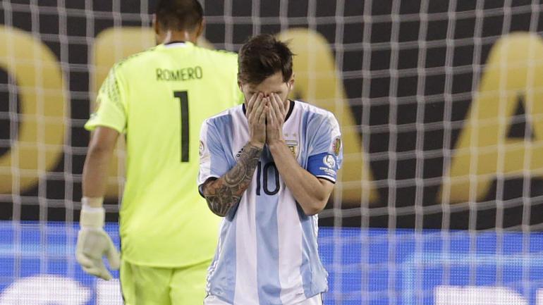 Khoảnh khắc Messi rơi lệ sau trận chung kết Argentina vs Chile - Ảnh 1
