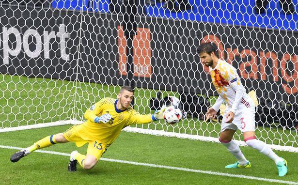 Những pha cứu thua siêu đẳng ở vòng 1/8 EURO 2016 - Ảnh 1