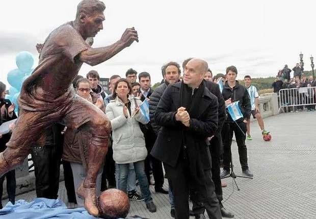 Argentina dựng tượng thuyết phục Messi ở lại - Ảnh 1