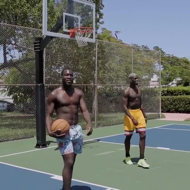 """Mặc tin đồn chuyển nhượng, Pogba trổ tài chơi bóng rổ cực """"đỉnh"""" - Ảnh 1"""