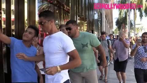 Ronaldo phũ phàng đẩy fan muốn chụp ảnh cùng - Ảnh 1