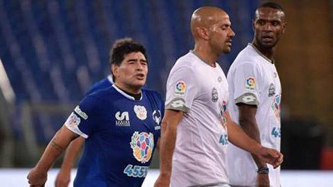 Ronaldinho chuyền bóng bằng lưng siêu ảo, Maradona suýt tẩn trò cũ - Ảnh 1