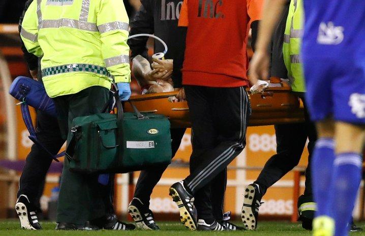 """""""Chúa tể"""" Bendtner kiến tạo tuyệt đẹp, rời sân... bằng cáng và phải thở oxy - Ảnh 2"""