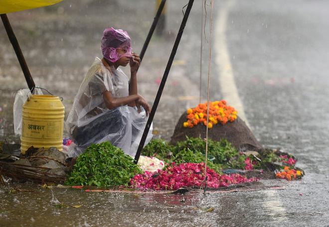 24h qua ảnh: Đường phố Bangladesh nhuộm đỏ màu máu sau mưa lớn - Ảnh 2
