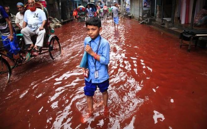 24h qua ảnh: Đường phố Bangladesh nhuộm đỏ màu máu sau mưa lớn - Ảnh 5