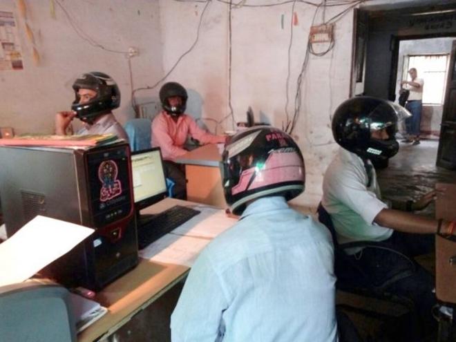 Sợ trần nhà sập vào đầu, viên chức Ấn Độ đội mũ bảo hiểm tại văn phòng - Ảnh 1