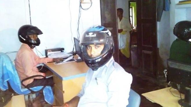 Sợ trần nhà sập vào đầu, viên chức Ấn Độ đội mũ bảo hiểm tại văn phòng - Ảnh 3