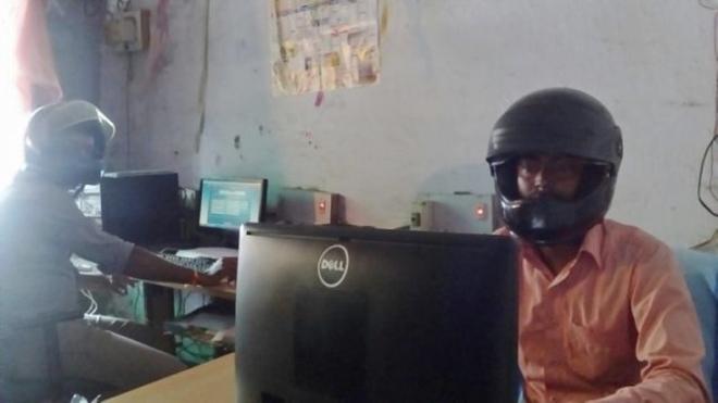 Sợ trần nhà sập vào đầu, viên chức Ấn Độ đội mũ bảo hiểm tại văn phòng - Ảnh 4