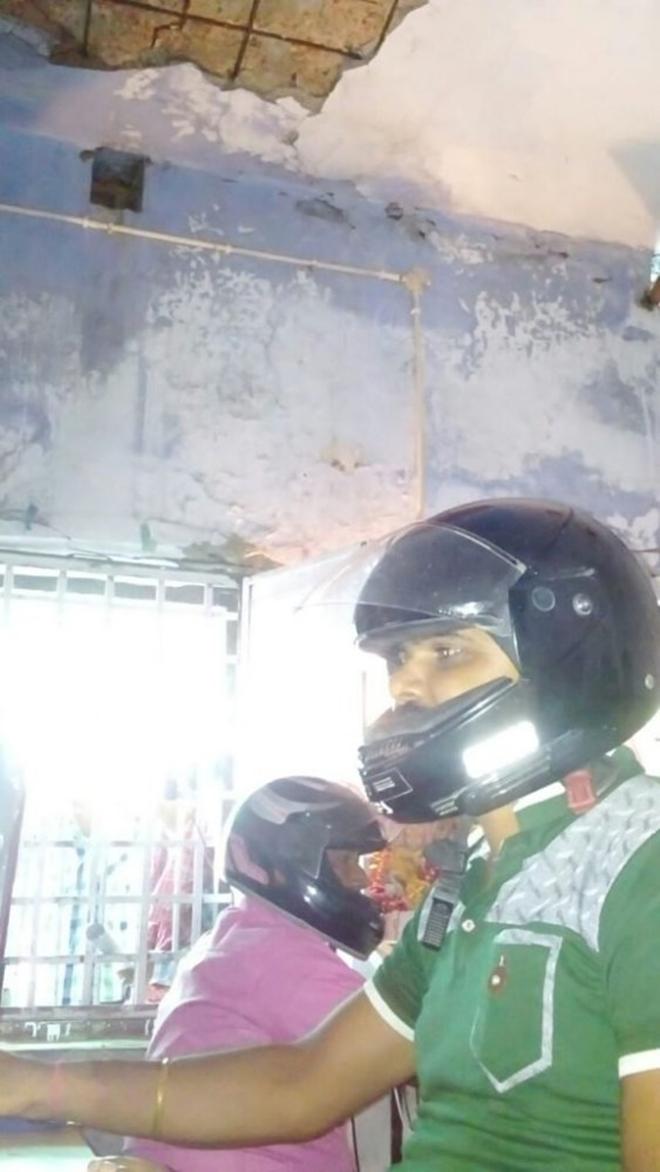 Sợ trần nhà sập vào đầu, viên chức Ấn Độ đội mũ bảo hiểm tại văn phòng - Ảnh 2
