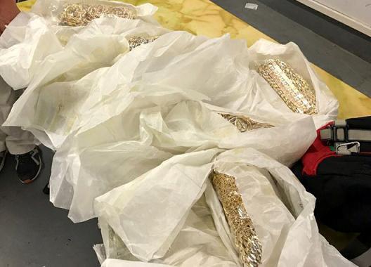 5 khách đi máy bay giấu 20kg kim loại nghi là vàng quanh người