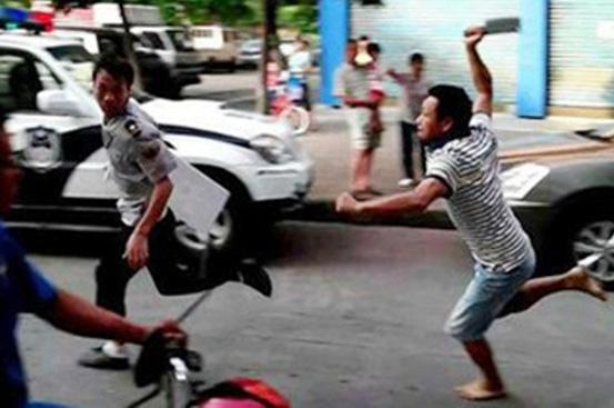 Nhóm thanh niên đánh người ngoài đường rồi truy đuổi đến tận bệnh viện