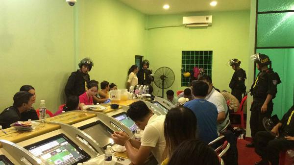 """Gần 100 cảnh sát đột kích ổ bạc núp bóng """"khu giải trí"""" ở Sài Gòn"""
