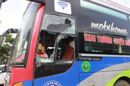 Điều tra vụ hàng chục thanh niên đập phá ôtô khách, hành hung phụ xe