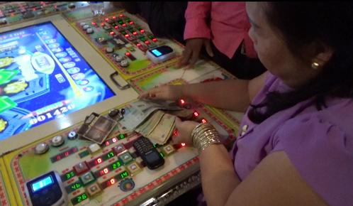 Đột kích ổ cờ bạc trá hình bằng trò chơi điện tử trong trung tâm thương mại