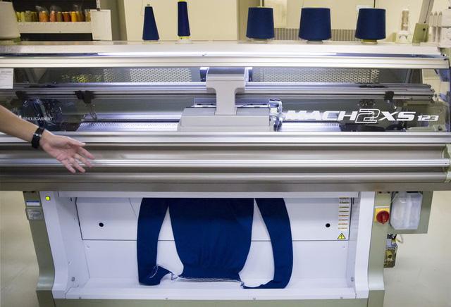 Tạo ra những chiếc máy 30 phút may xong 1 cái áo, công ty Nhật Bản tham vọng làm vỏ ô tô bằng... vải - Ảnh 1