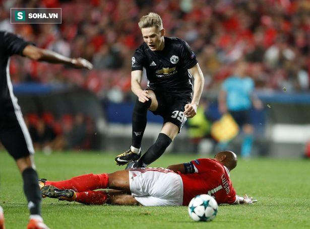 """Ra mắt ở Champions League, sao trẻ Man United nhận """"phần thưởng"""" hậu hĩnh từ Mourinho - Ảnh 1"""