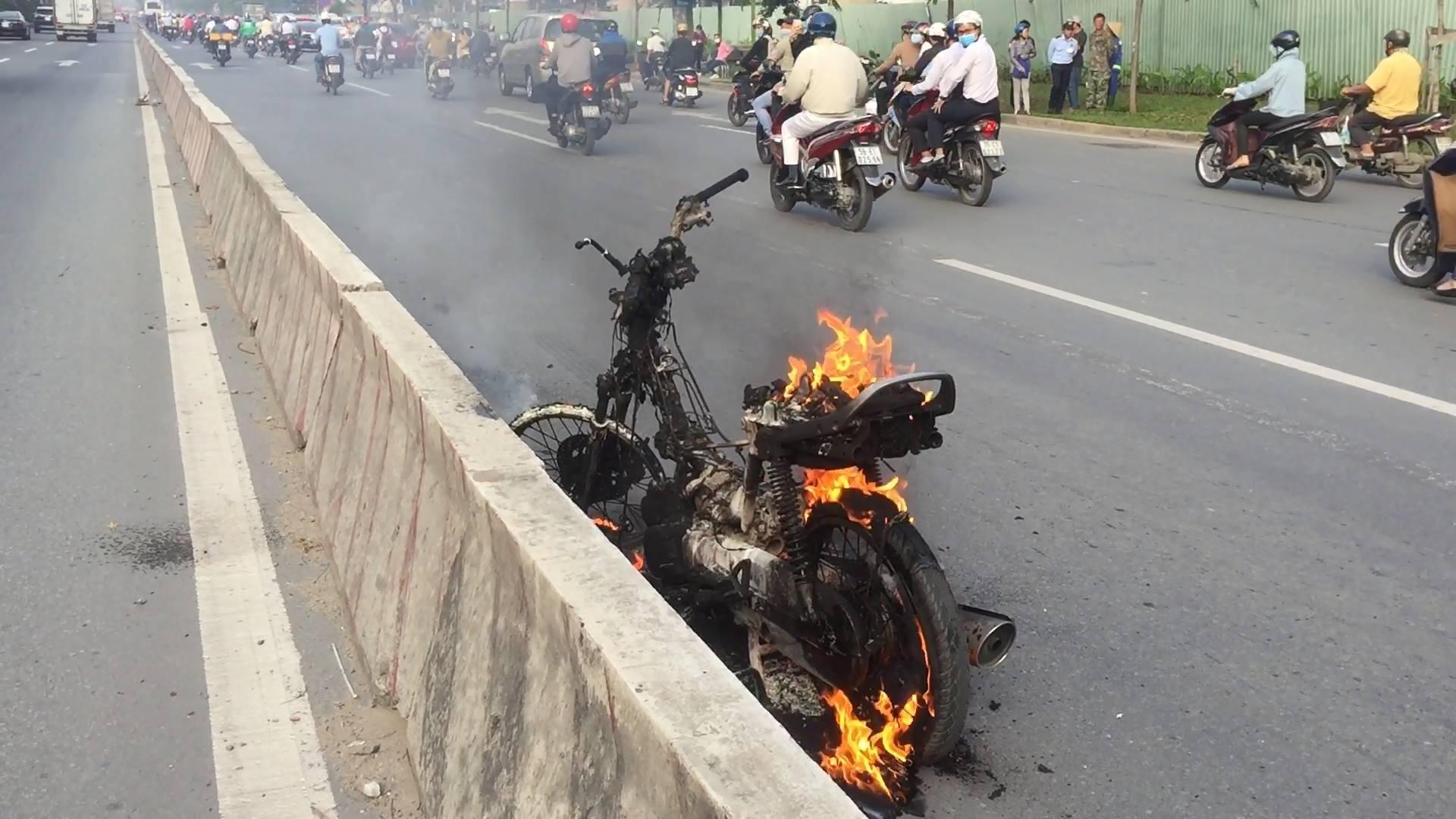 Clip: Xe máy bất ngờ bốc cháy ngùn ngụt trên Xa lộ Hà Nội - Ảnh 1