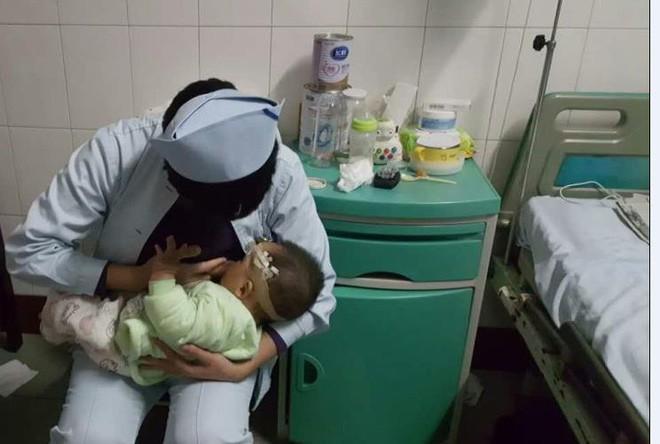 Bé 1 tuổi bị vỡ sọ não được hai y tá thay nhau cho bú - Ảnh 1