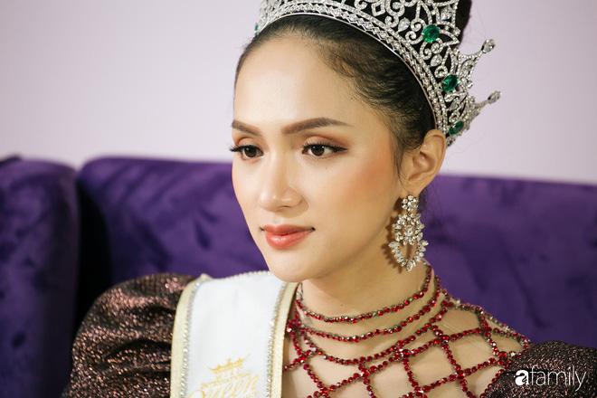 Hoa hậu Hương Giang: Lần đầu tiên sau 7 năm, bố mới dám đưa tôi về quê nội thắp hương - Ảnh 1