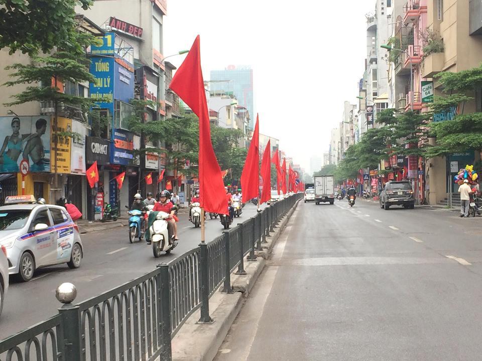 Hà Nội rực rỡ cờ hoa mừng ngày thống nhất đất nước - Ảnh 2