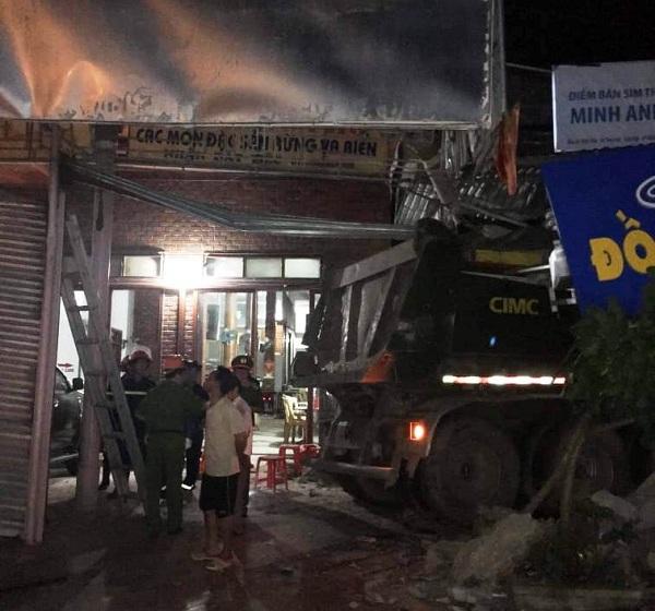 Nghệ An: Xe tải nát đầu vì đâm vào nhà dân lúc rạng sáng, nhiều người hoảng loạn bỏ chạy - Ảnh 2