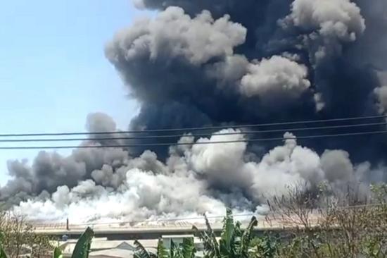 Bình Dương: Đám cháy lớn lan rộng 1.500m² nhà xưởng công ty may mặc