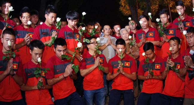 U19 Việt Nam viếng Đại tướng Võ Nguyên Giáp lúc nửa đêm - Ảnh 1