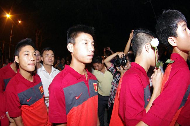 U19 Việt Nam viếng Đại tướng Võ Nguyên Giáp lúc nửa đêm - Ảnh 4