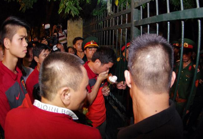 U19 Việt Nam viếng Đại tướng Võ Nguyên Giáp lúc nửa đêm - Ảnh 8