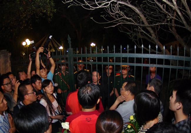 U19 Việt Nam viếng Đại tướng Võ Nguyên Giáp lúc nửa đêm - Ảnh 6